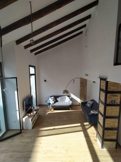 DESPUÉS: Vista interior del salón-comedor: espacio a doble altura y aprovechamiento de la luz natural OCTANS AECO Salones de estilo moderno