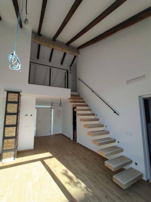 Vista interior: Espacio diáfano de circulación que hace de elemento articulador de la vivienda OCTANS AECO Escaleras