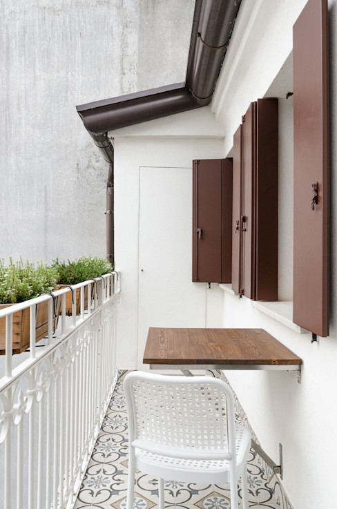 Attico RG - poggiolo zona pranzo locatelli pepato Balcone, Veranda & Terrazza in stile moderno Ceramica Bianco
