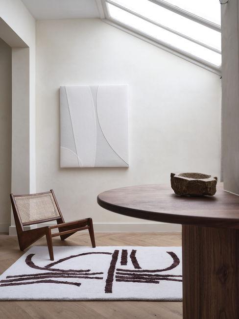 Zithoek met Jeanneret stoel en akoestisch kunstwerk van Mokkō voor geluidsabsorptie Mokko Moderne woonkamers Hout Beige