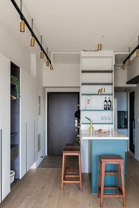 享受陽光通透的日子 實木百葉簾 空間構成:驊揚室內裝修設計 MSBT 幔室布緹 小廚房 複合木地板 Blue
