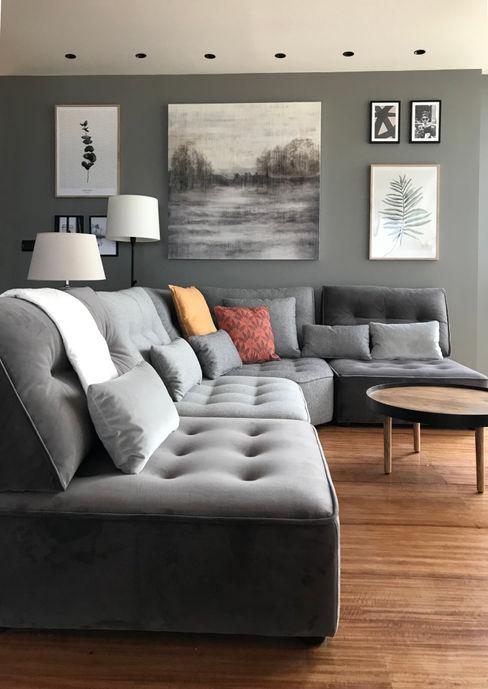 Sofá de diferentes tejidos A interiorismo by Maria Andes Salones de estilo moderno Gris