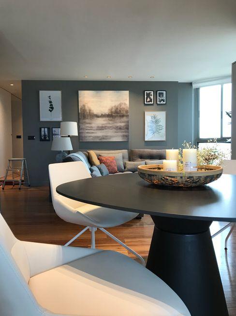 Mesa casi redonda A interiorismo by Maria Andes Salones de estilo moderno Madera Gris