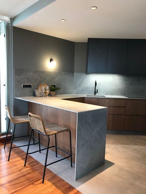 Cocina Antracita con encimera y rodapie cerámico A interiorismo by Maria Andes Cocinas integrales Gris