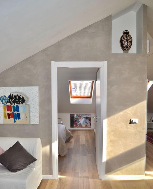 Recupero di un sottotetto per la realizzazione di una struttura ricettiva in Pescara Studio Michetti Ingresso, Corridoio & Scale in stile moderno