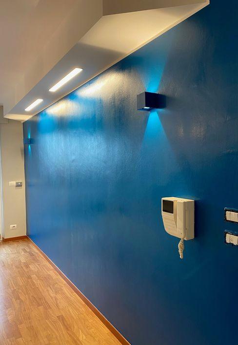 Decorazione della parete del salone Silvia Camporeale Interior Designer Soggiorno moderno Blu