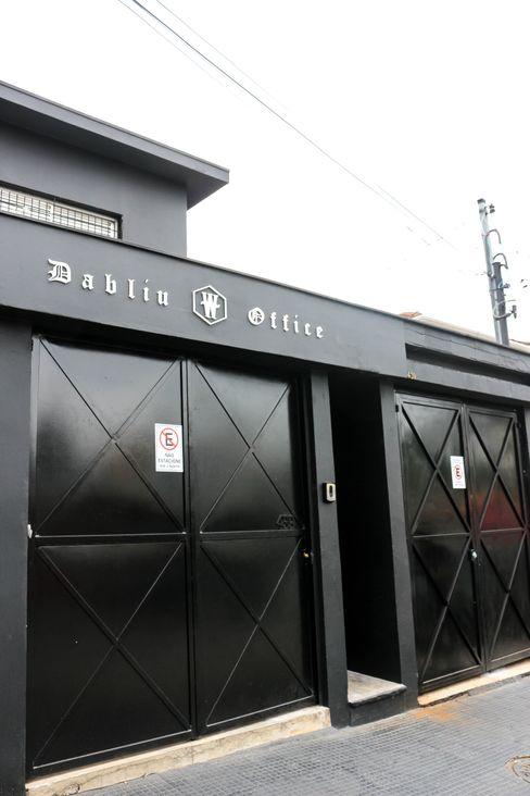 Fachada total black! Carmela Design Lojas e Espaços comerciais modernos Ferro/Aço Preto