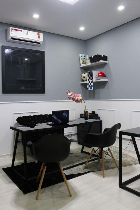 Sala da diretoria Carmela Design Lojas e Espaços comerciais modernos Compósito de madeira e plástico Preto