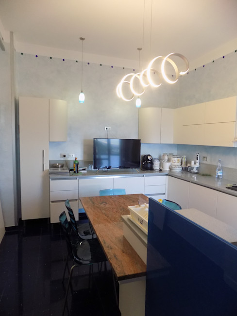 PROGETTO RESTYLING CUCINA MODERNA - ZONA EST - DETTAGLI Seven Project Studio Cucina attrezzata Legno Bianco
