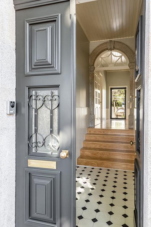 Entrada - Casa em S. Mamede (arquitetura) - SHI Studio Interior Design ShiStudio Interior Design Corredores, halls e escadas escandinavos