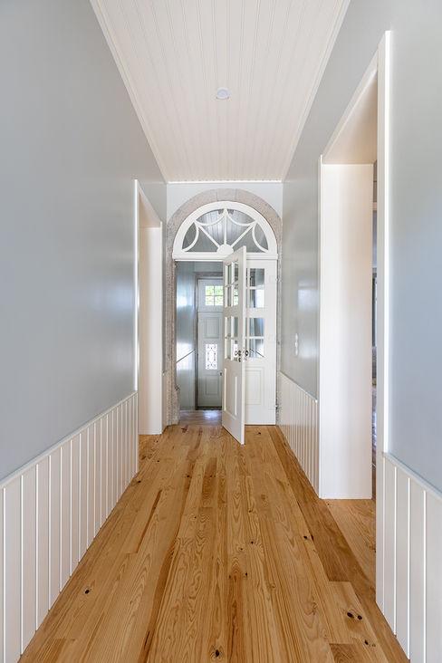 Corredor | Hall de entrada - Casa em S. Mamede (arquitetura) - SHI Studio Interior Design ShiStudio Interior Design Corredores, halls e escadas escandinavos