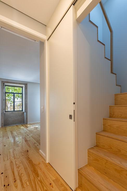 Casa em S. Mamede (arquitetura) - SHI Studio Interior Design ShiStudio Interior Design Corredores, halls e escadas escandinavos