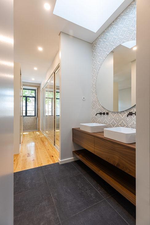 WC Suite | Quarto - Casa em S. Mamede (arquitetura) - SHI Studio Interior Design ShiStudio Interior Design Casas de banho escandinavas