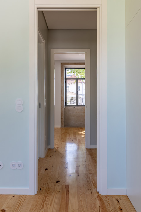 Corredor | Quarto - Casa em S. Mamede (arquitetura) - SHI Studio Interior Design ShiStudio Interior Design Quartos pequenos