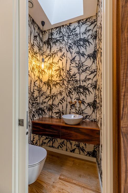 WC serviço - Casa em S. Mamede (arquitetura) - SHI Studio Interior Design ShiStudio Interior Design Casas de banho escandinavas