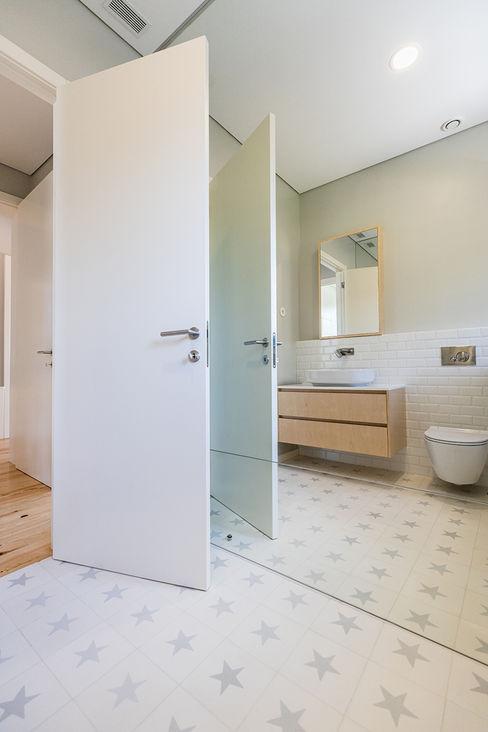 Casa de banho - Casa em S. Mamede (arquitetura) - SHI Studio Interior Design ShiStudio Interior Design Casas de banho escandinavas