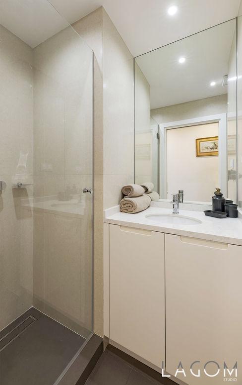 Casa de banho Lagom studio Hotéis Cerâmica Bege