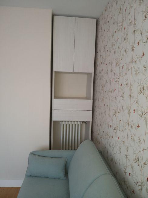 LIBRERÍA A MEDIDA BORONIA HOME Estudios y despachos de estilo moderno Tablero DM Blanco