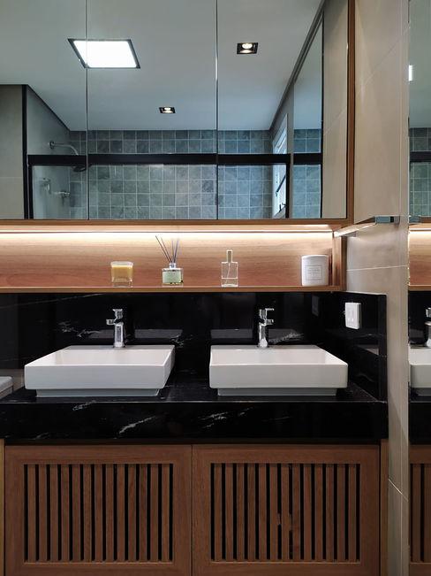 BANHEIRO COM PIA DUPLA Tre Archi Banheiros modernos Madeira Efeito de madeira