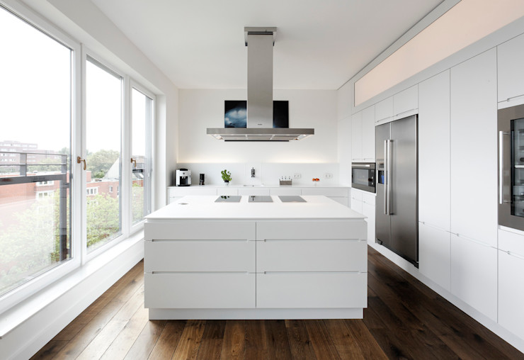 Lacquered kitchen with kitchen island homify KitchenCabinets & shelves