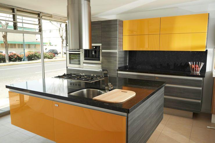 Cocina en PVC Gris Mare con combinación de Cristal Amarillo Aura Cocinas CocinaArmarios y estanterías