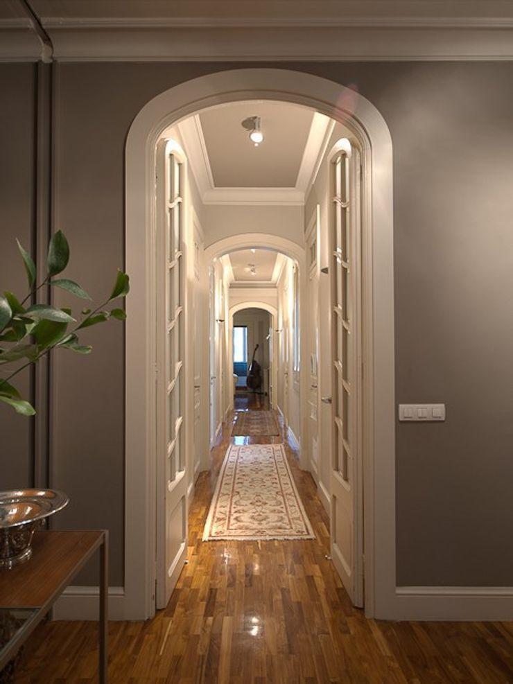 ETNA STUDIO Classic corridor, hallway & stairs