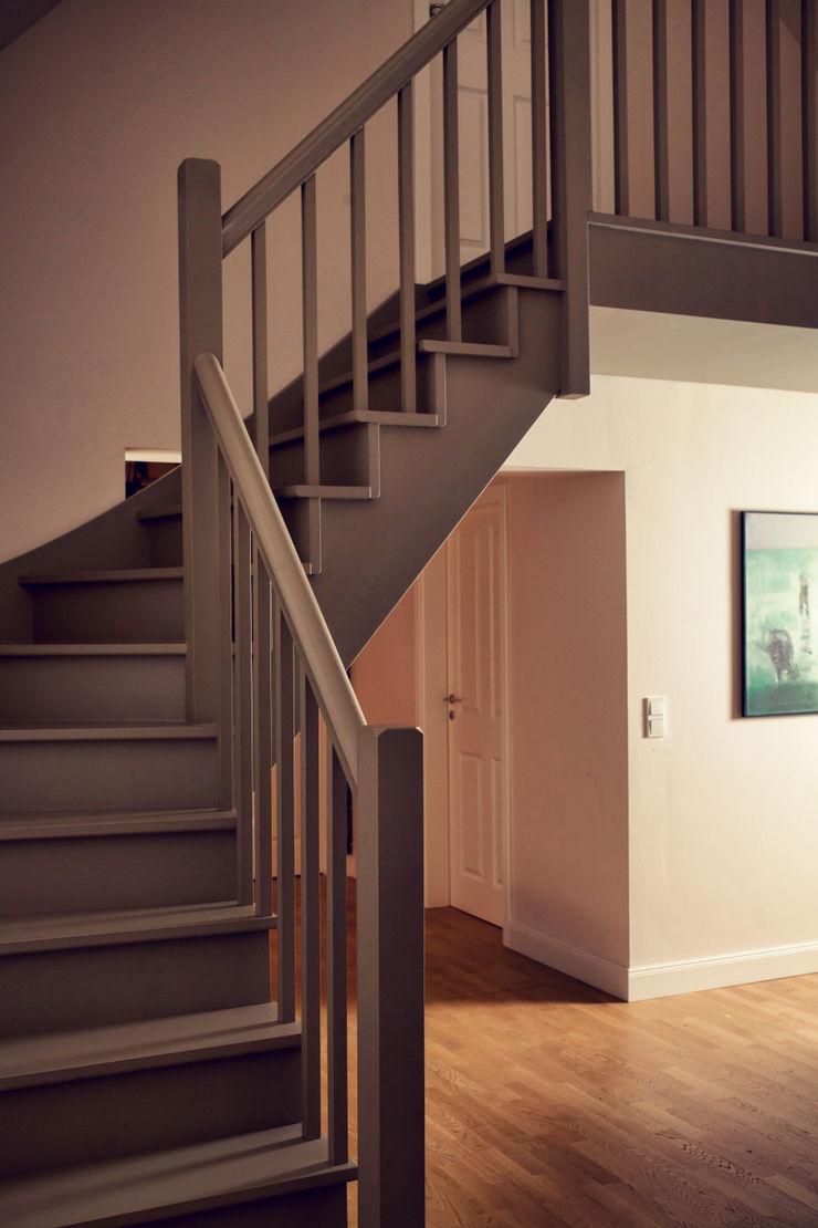 Heike Gebhard Wohnen Modern corridor, hallway & stairs
