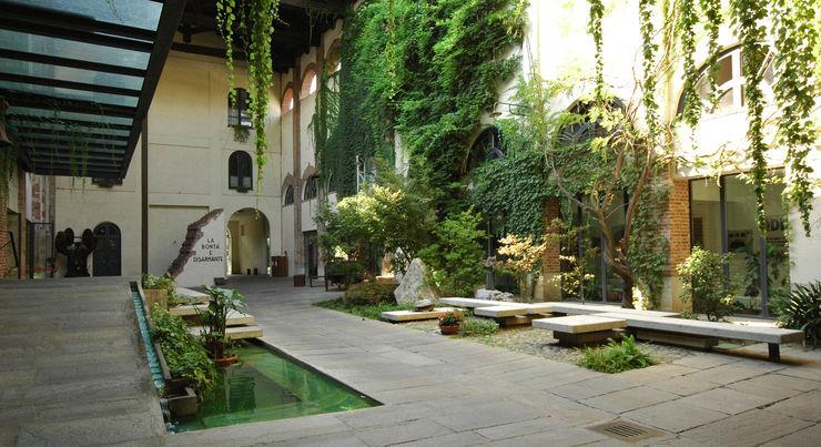 Entrance to SER.MI.G Chapel Comoglio Architetti Country style garden