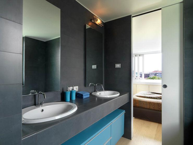 enzoferrara architetti Modern style bathrooms