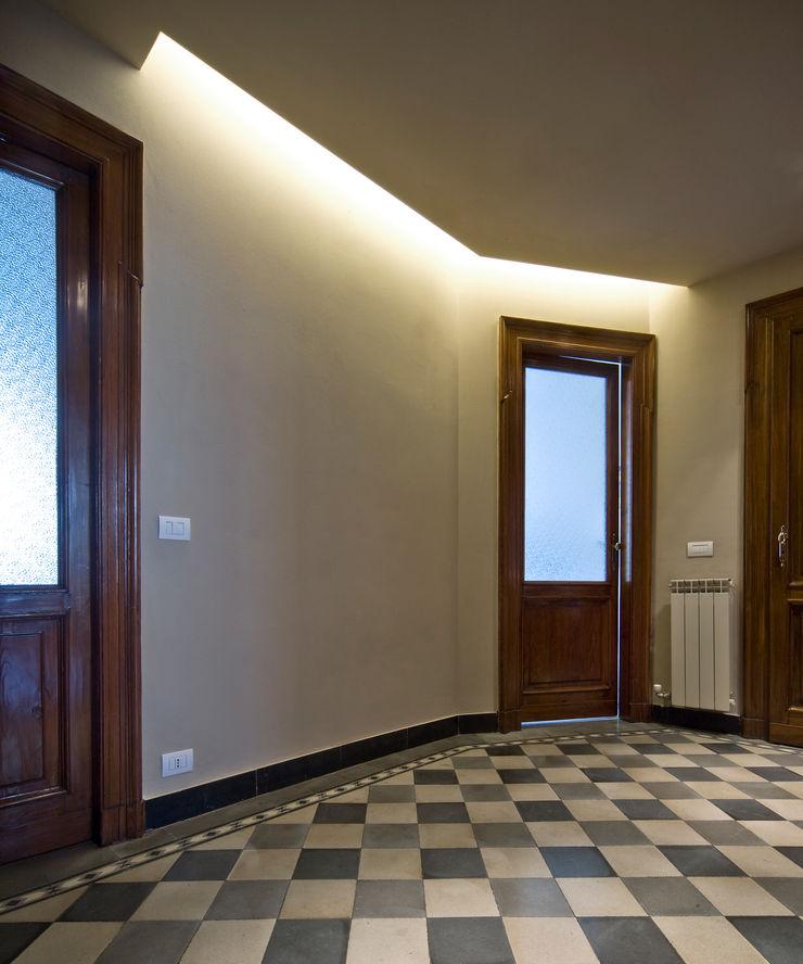 CHB house Comoglio Architetti Classic style corridor, hallway and stairs