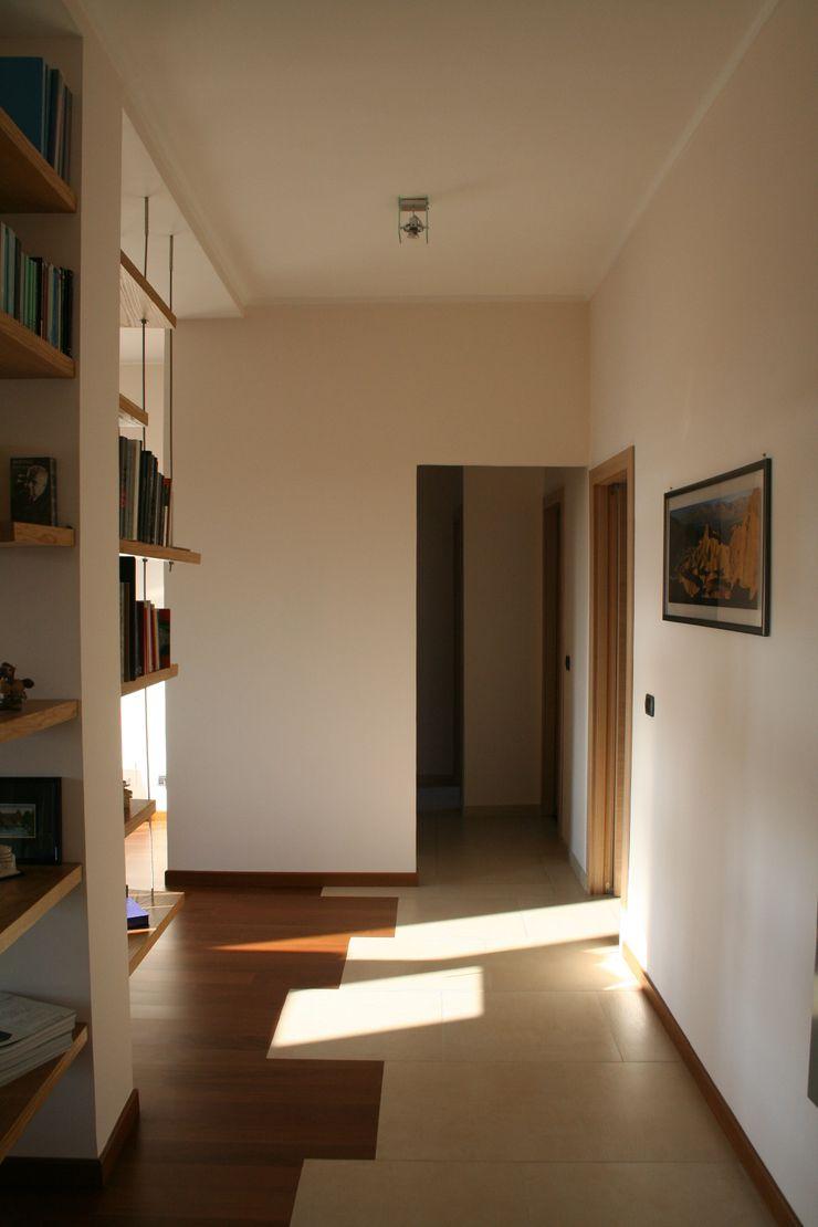enrico massaro architetto Modern corridor, hallway & stairs