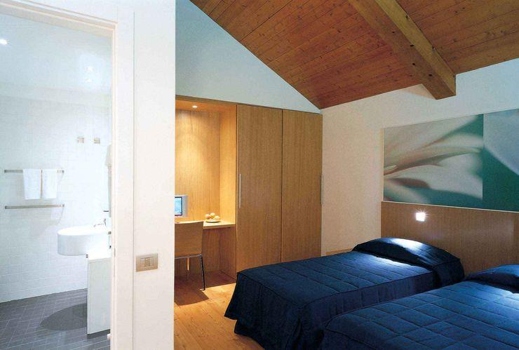 Vista interna di una camera con bagno dell'Albergo Giorgio Pettenò Architetti Piscina moderna