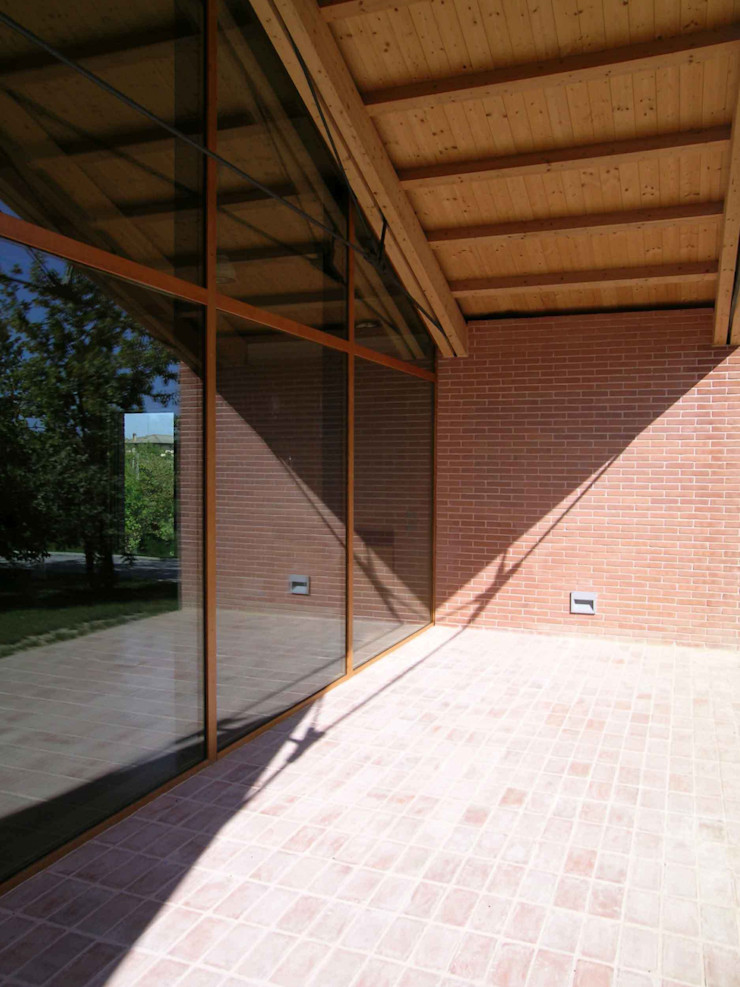 Particolare della vetrata della Sala Conferenze Giorgio Pettenò Architetti Piscina moderna