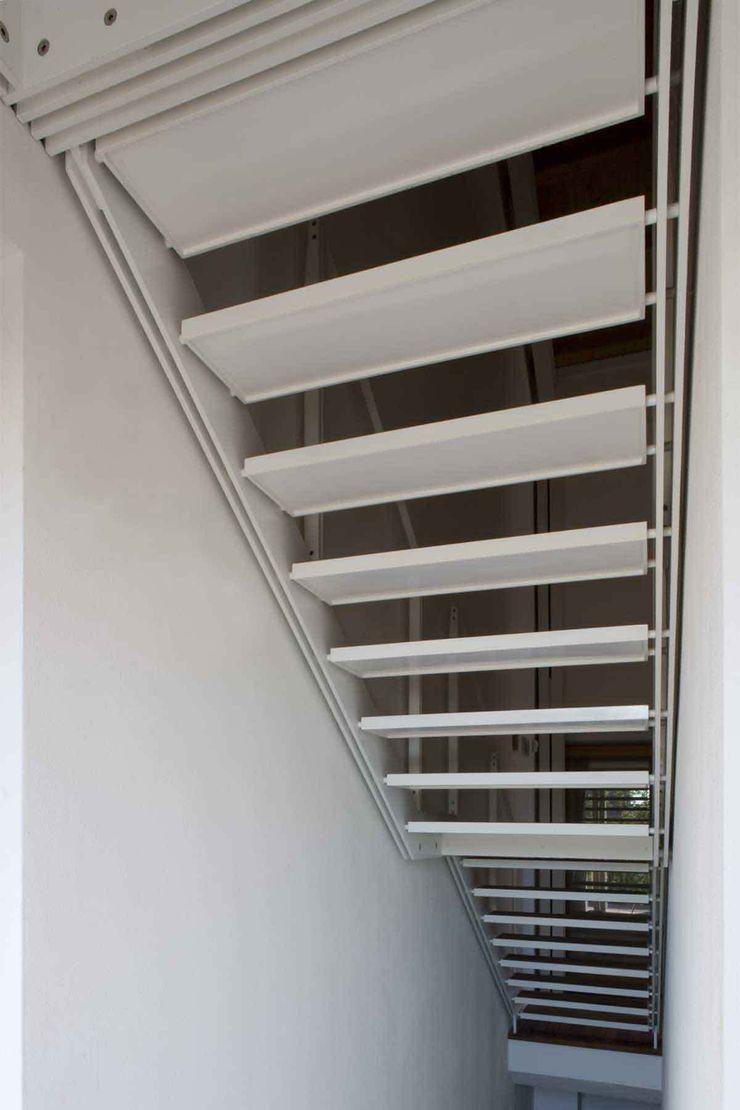 Le scale di accesso alla sauna Giorgio Pettenò Architetti Piscina moderna