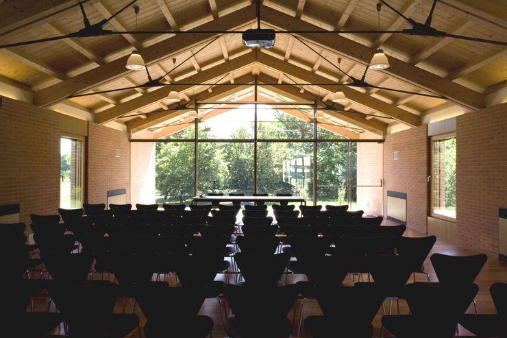Vista dell'interno della Sala Conferenze Giorgio Pettenò Architetti Piscina moderna