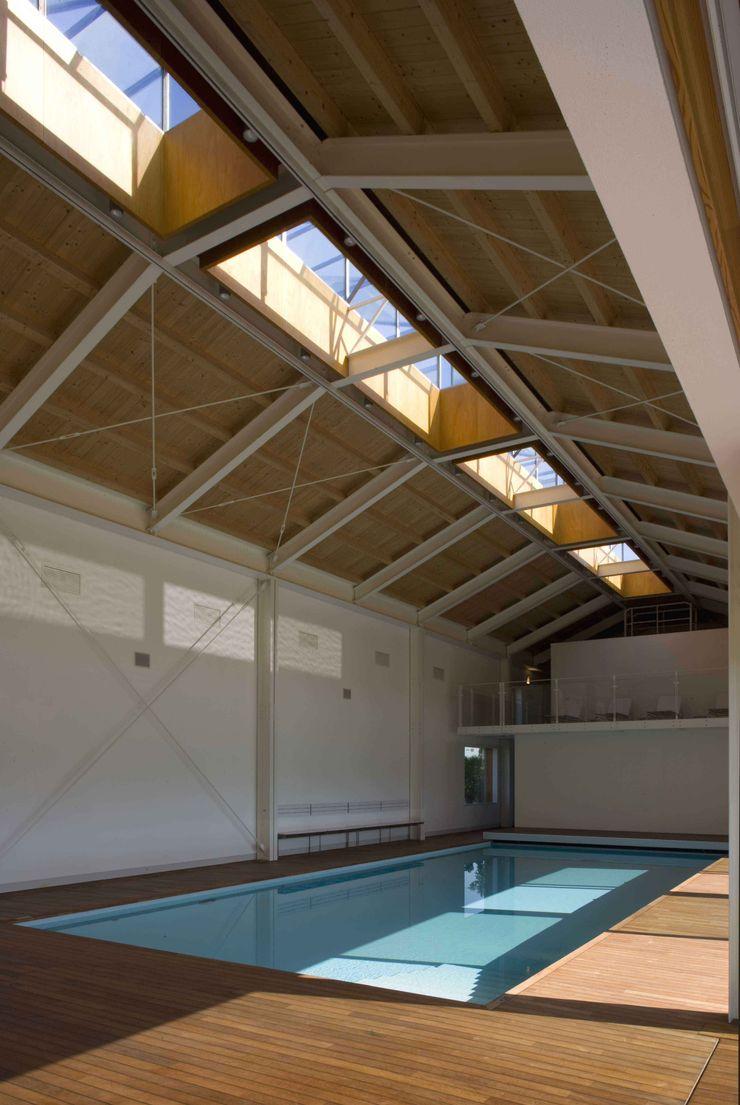 Vista dell'interno della Piscina Coperta Giorgio Pettenò Architetti Piscina moderna