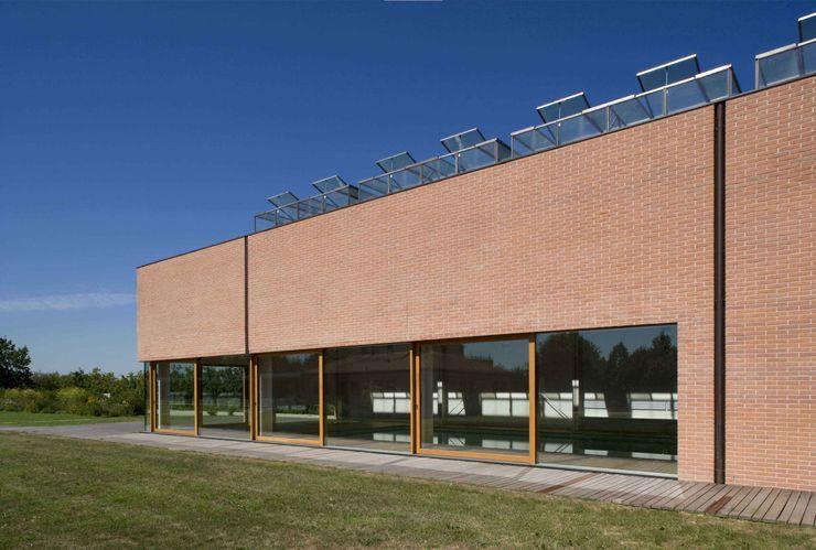 Vista del prospetto est della Piscina Coperta Giorgio Pettenò Architetti Piscina moderna
