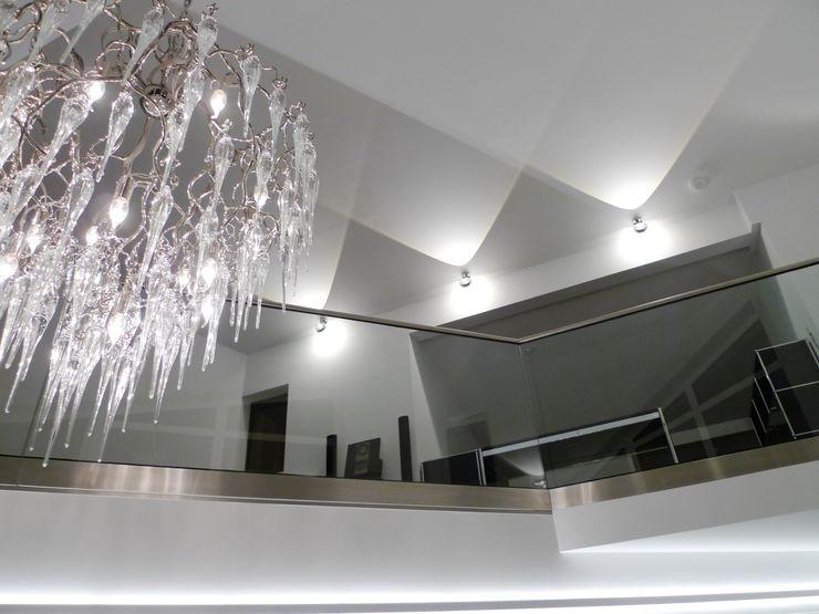 Penthouse in Saarbrücken Bolz Licht und Wohnen · 1946 Moderner Flur, Diele & Treppenhaus