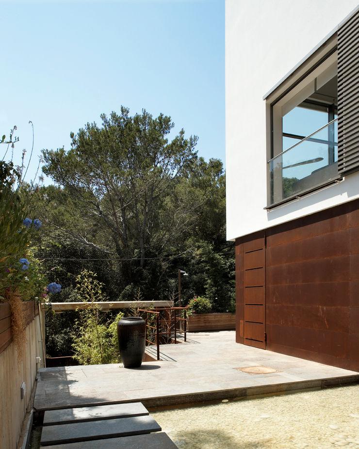 House at Tamariu Octavio Mestre Arquitectos Balcony, veranda & terrace