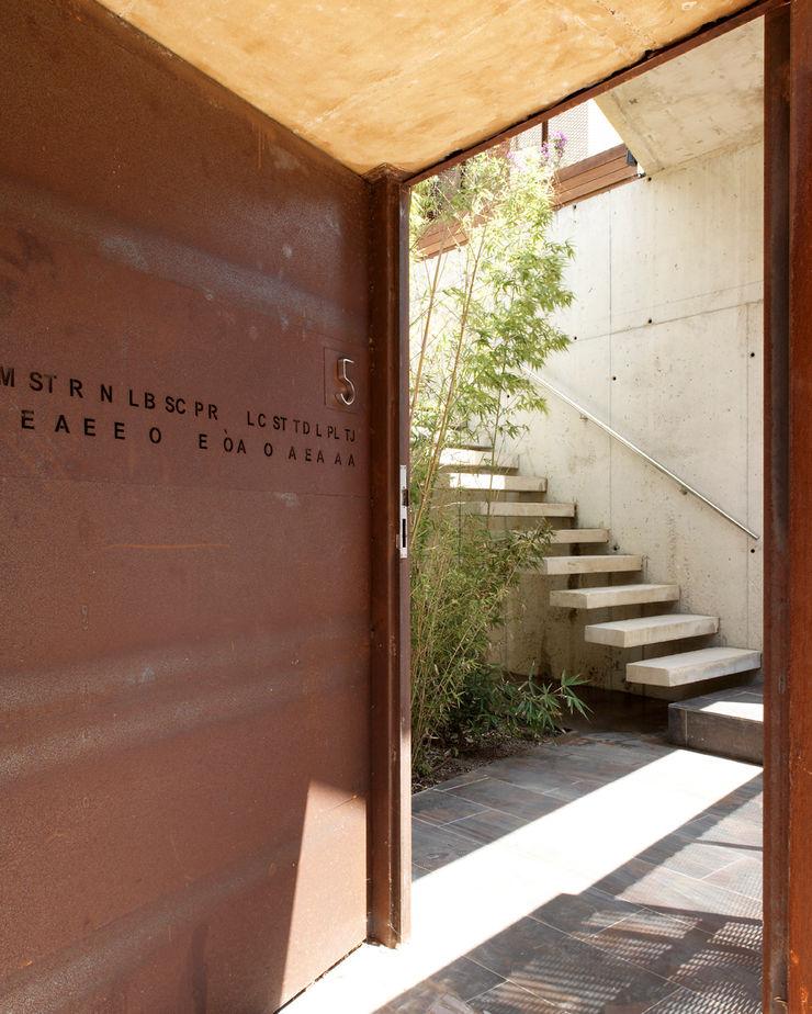 House at Tamariu Octavio Mestre Arquitectos Corridor, hallway & stairsStairs