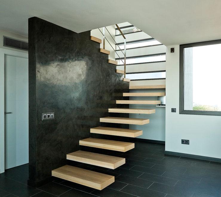 House at Pineda de Mar Octavio Mestre Arquitectos Staircase, Corridor and Hallway