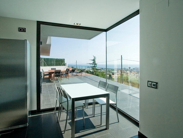 House at Pineda de Mar Octavio Mestre Arquitectos Balcony, veranda & terrace