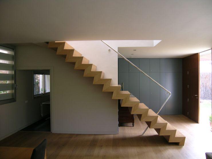 House at Maresme Octavio Mestre Arquitectos Staircase, Corridor and Hallway