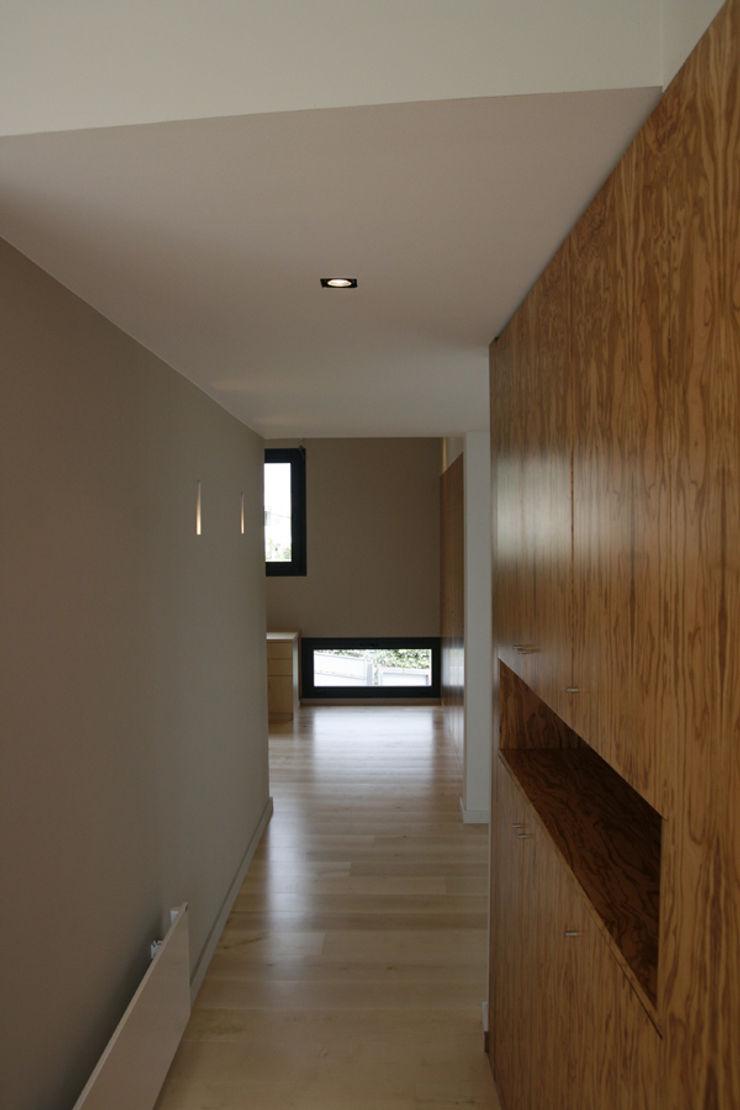 House at Sant Cugat Octavio Mestre Arquitectos Staircase, Corridor and Hallway