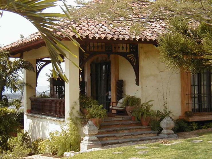 Fachada con remates de granito Anticuable.com Casas de estilo mediterráneo