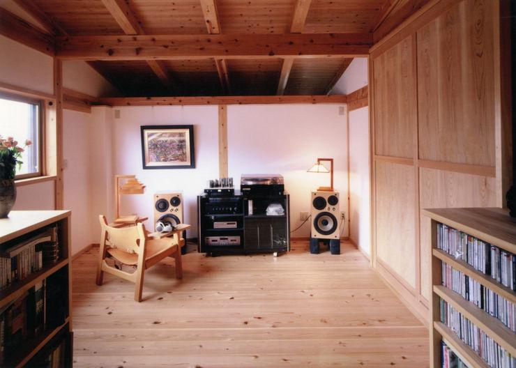 漆喰と木のオーディオルーム T設計室一級建築士事務所/tsekkei クラシックデザインの 多目的室 木 木目調