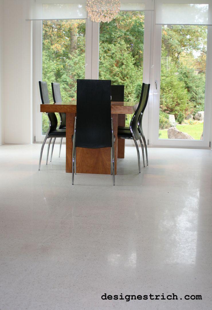 Designestrich in einer Villa in Wandlitz EPT Baugesellschaft mbH & Co. KG Moderne Wohnzimmer