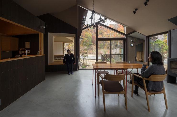 箕面森町の家 間工作舎 モダンデザインの ダイニング