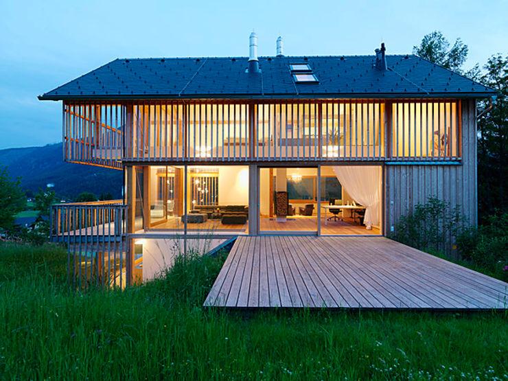 Privathaus mit Holzfenstern KAPO Fenster und Türen GmbH Klassische Fenster & Türen