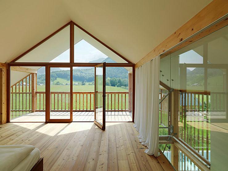 Privathaus mit Holzfenstern KAPO Fenster und Türen GmbH Moderne Fenster & Türen